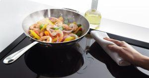 Cách vệ sinh mặt kính bếp từ dễ dàng và hiệu quả nhất