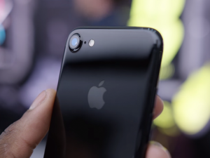 iFan phát sốt với iPhone 7 màu đen bóng (Jet Black)
