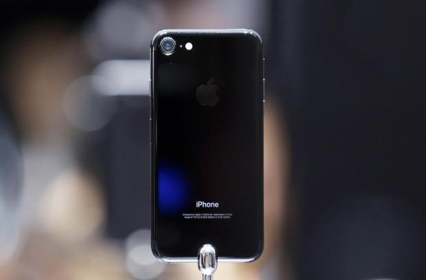 iPhone 7 và 7 Plus đen bóng là chiêu bài kinh doanh mới của Apple