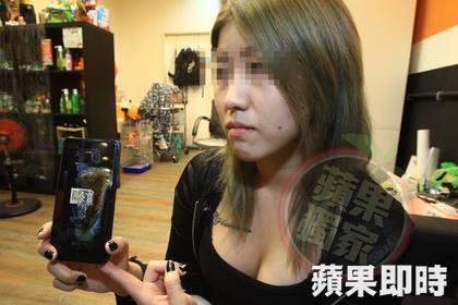 Cô Lai cùng chiếc điện thoại phát nổ.