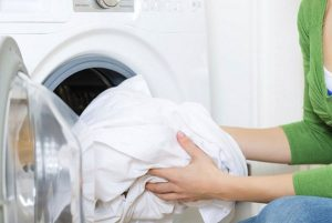 Có nên giặt chăn bông trong máy giặt không?